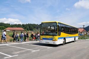 Collegiens Iserois prenant le Bus Transisère à la sortie du college . © Photo Michel Giraud